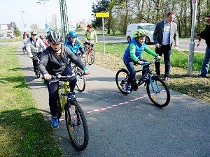 Děti z veltrubské základní školy byli prvními cyklisty, kteří se projeli po nově osvětlené cyklostezce mezi Kolínem a Hradišťkem I.