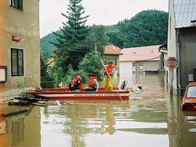 Kolínští hasiči byli během povodní v roce 2002 potřeba především ve Štěchovicích, kde řádila říčka Kocába. Svým profesionálním přístupem se nesmazatelně zapsali do tamních dějin.