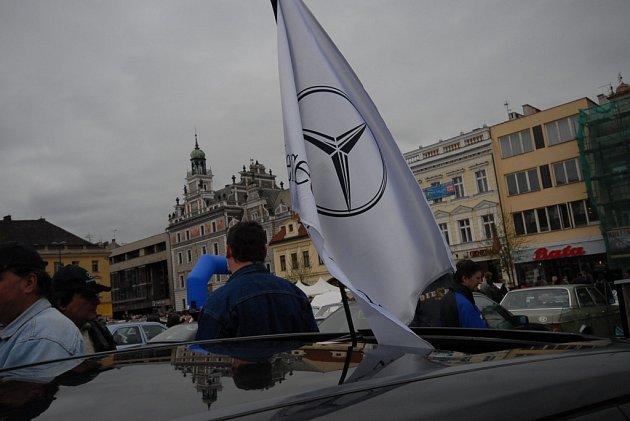 Karlovo náměstí zaplnily Mercedesy.