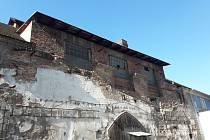 Areál kolínského zámku. Některé objekty se opravy dočkaly, jiné na ni teprve čekají.