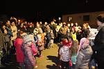 VTuchorazi před obecním domem se vsobotu podvečer rozsvítil vánoční strom.
