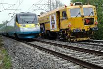 Při modernizaci železniční trati se uplatní i sanační stroj.