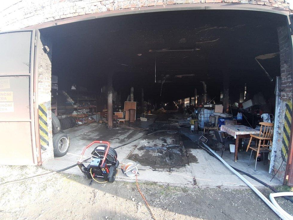 V obci Jestřabí Lhota hořel bývalý kravín.