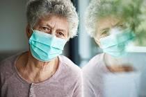 Koronavirus izoloval seniory od kultury. Ilustrační foto