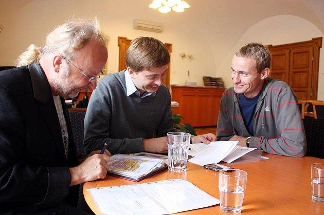 Z  porady organizačního týmu IVM 2011. Antonín Morávek (vpravo) a Jiří Linka (vlevo) se starostou Kolína Vítem Rakušanem.