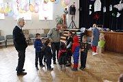 Strašidelný rej si užily děti v Pečkách.