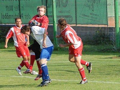 Zatímco fotbalisté Polep sehráli přátelák proti Opatovicím, Kouřim (v tmavém) se utkala s Nymburkem. A sehrála úspěšnou partii. Účastníka krajského přeboru porazila 5:2.