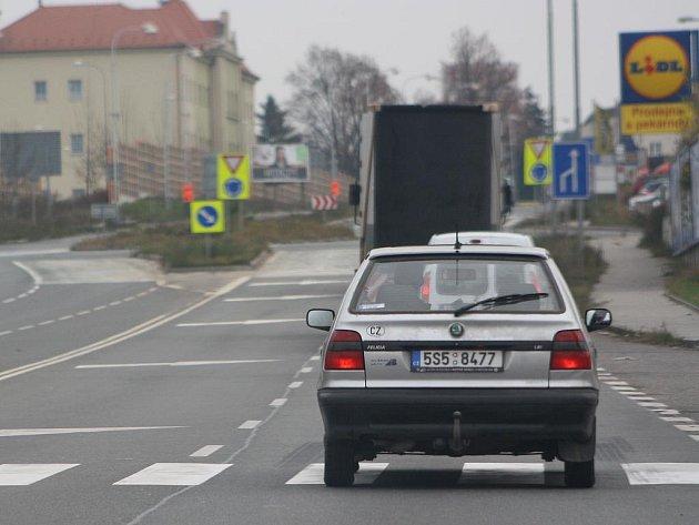Kruhová křižovatka v Pražské ulici v Kolíně. Silnice I/38