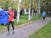 Běžci se sešli v u sportovní haly.