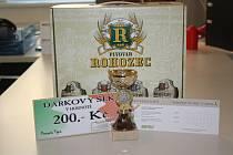 Vlasta Holíková získala dárkový šek v hodnotě 200,-Kč do pizzeria Týna, volnou vstupenku na cvičení SlimBelly, karton piv značky Rohozec a pohár od firmy Sportforte.