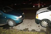 Z nehody v Kolíně, při níž opilý Ukrajinec naboural šest aut.