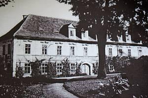 Fotografie z roku 1905 zachycuje hlavní průčelí zámku z jihozápadní strany.