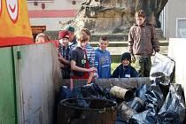Děti čistily břehy říčky Šembery a potoka Bušince