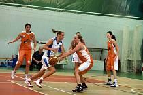Kateřina Novotna (v bílém) patřila v utkání s Olomoucí mezi nejlepší hráčky Peček.