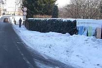 Neznámý řidič poškodil reklamní poutač v Radovesnické ulici v Kolíně.