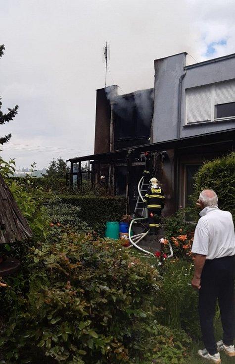 Velký požár s vysokou škodou likvidovali středočeští hasiči v Říčanech na Praze-východ.