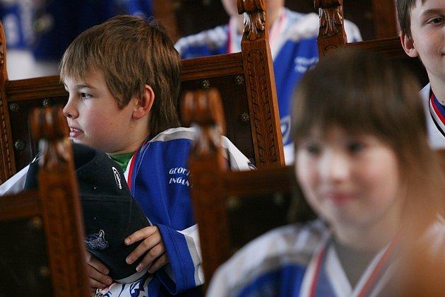 Malé úspěšné hokejisty slavnostně přijali na radnici