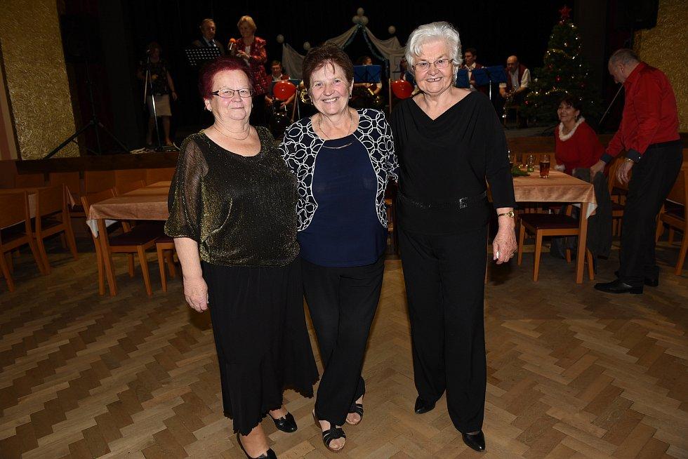 Taneční setkání členů a příznivců Klubu přátel Františka Kmocha v Kolíně.