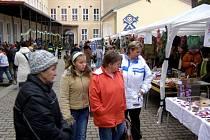 Areál základní školy v Kostelci nad Černými lesy se v sobotu od rána zaplňoval dětmi, jejich rodiči a  mnoha dalšími  zájemci o druhý Adventní trh.