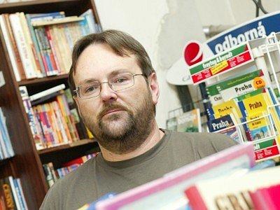 Pavel Kárník (46 let) po maturitě na Střední ekonomické škole v Kolíně pracoval jako zaměstnanec v kolínském knihkupectví, kde v roce 1990 zahájil i svou podnikatelskou činnost a stal se jeho majitelem.