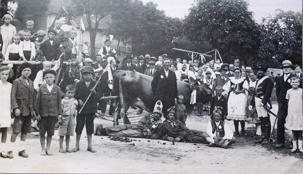 Hradešín držel dožínkovou tradici, která se slaví na konci žní. Fotografie pochází z roku 1928.