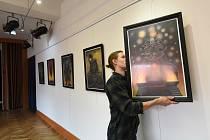 Z přípravy vernisáže výstavy pražského malíře říkajícího si Sant Franiel.