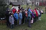 Advent zahájily děti zpěvem u stromu.