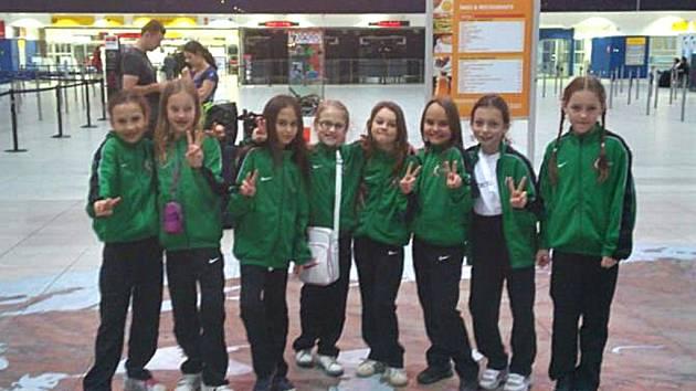 Děvčata z Cross Dance těsně před odletem do Moskvy