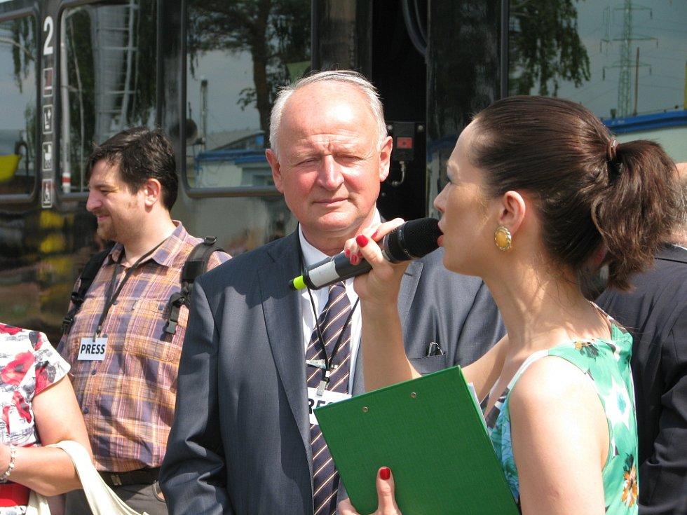 Přednosta Zkušebního centra Velim Miloš Klofanda s moderátorkou Terezou Kostkovou při slavnostním křtu nového vlaku.