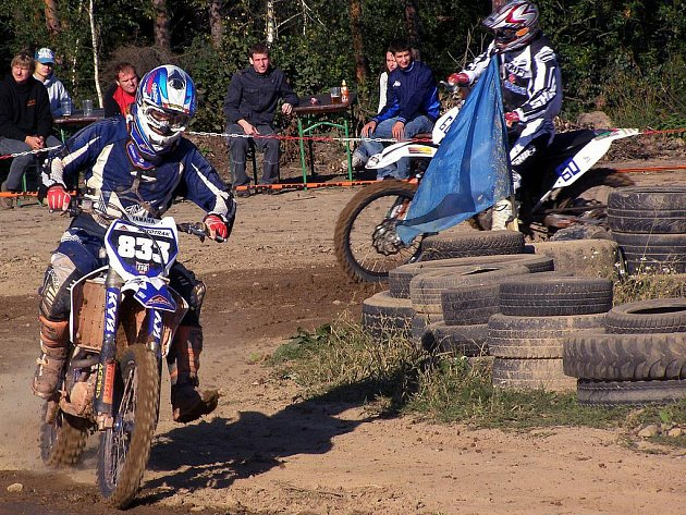 """V sobotu se v motocrossovém areálu  v Krupé utkali závodníci soutěžící o pohár starosty Krupé letos posledního, čtvrtého závodu  třetího ročníku poháru se zúčastnilo  sedmdesát šest jezdů, včetně jezdeckého """"potěru"""" na motocyklech  do 50 kubíků."""