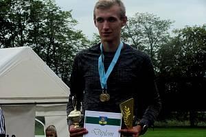 Z vyhlašování výsledků běžeckého závodu Veltrubská desítka. Na snímku absolutní vítěz Roman Pazdera.