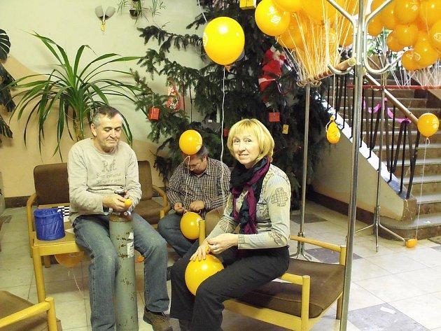 Vázání balónků s přáníčky Ježíškovi