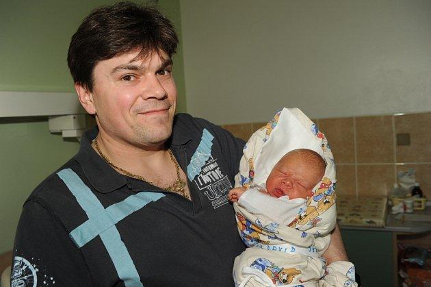 Tatínek Martin si pochoval prvorozeného syna Davida Zouplnu, který se narodil 28. března s váhou 3 580 gramů a výškou 50 centimetrů. Doma v Kolíně žijí společně s maminkou Renatou.