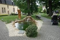 Rekonstruované zahradní jezírko v Domově Anna v Českém Brodě.