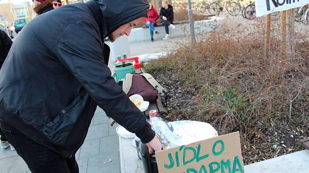 Food Not Bombs počtvrté rozdávali veganské jídlo před hlavním nádražím v Kolíně.