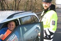 Policisté kontrolovali řidiče na výpadovce z Kolína směrem na Prahu. V rámci preventivní akce ty vzorné odměňovali reflexními vestami.