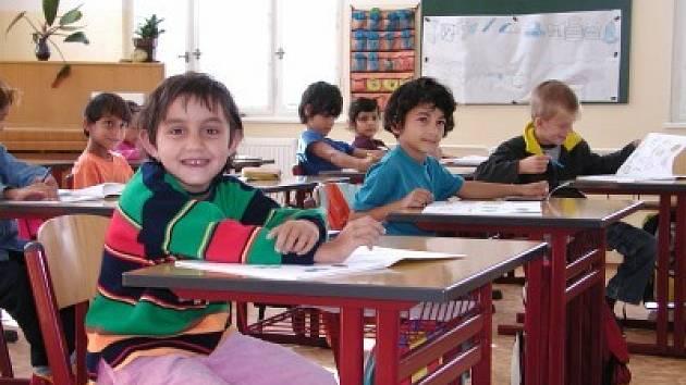 Ke vzdělávání romské menšiny nedochází jen ve speciálních školách. Děti se integrují i do běžných základních škol.