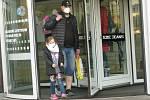 Povinné nošení respirátorů v obchodech a na veřejných místech v Kolíně.