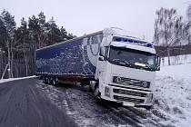 V místech zvaném Na Kamenné mezi Suchdolem a Bečváry skončil v příkopu tahač kamionu, návěs zablokoval značnou část vozovky.