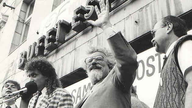 Archivní fotografie ze sametové revoluce v Kolíně: zleva Josef Veselý, Pavel Kaplan, Valtr Komárek, Jiří Buřič.