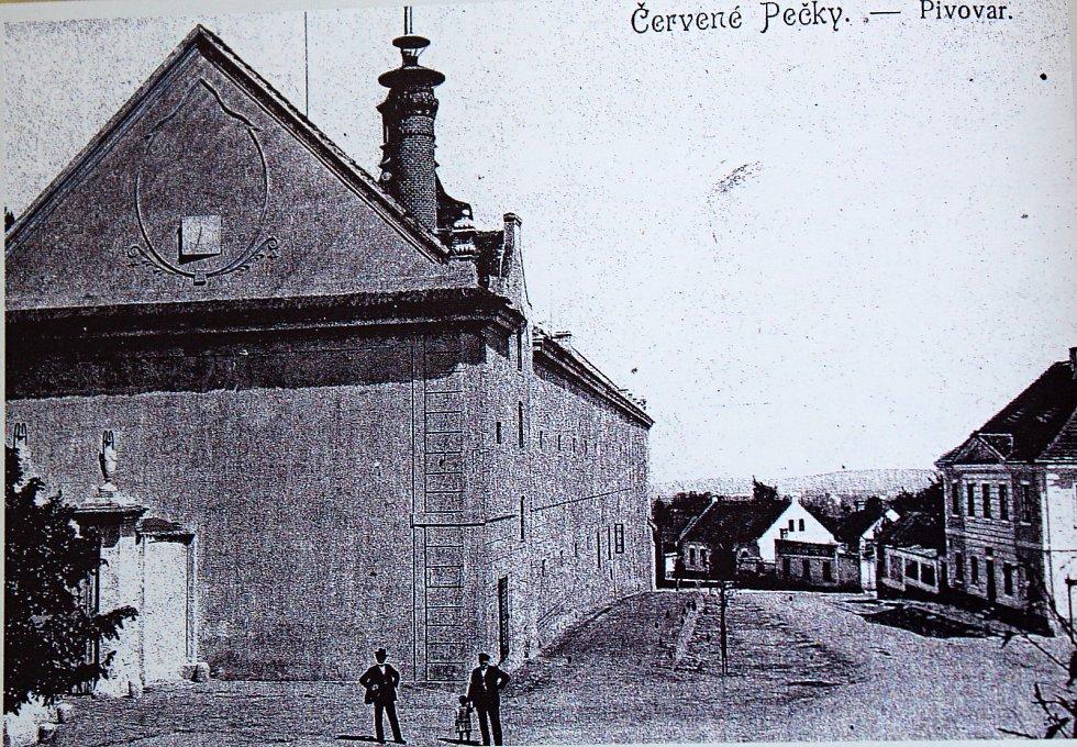 Pohled zachycuje budovu pivovaru a průhled na dnešní ulici Dr. Dvořáka na počátku minulého století.