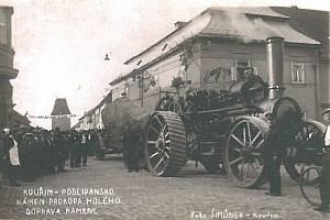 Doprava balvanu z lipanského bojiště na náměstí v Kouřimi.