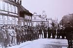 Tomáš Garrigue Masaryk se stal první prezidentem. Jeho památka je uctívána každý rok. Fotografie zachycuje legionáře koncem dvacátých let při slavnosti u Masarykova pomníku v Kolíně.