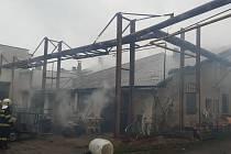 Z požáru truhlárny v Pečkách 12. dubna 2021.