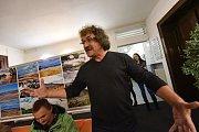 Marek Jelínek spojil vernisáž výstavy fotografií spřednáškou o koloběžkovém cestování