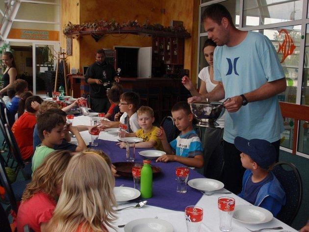 Obědové menu servíruje dětem David Machač (vpravo).