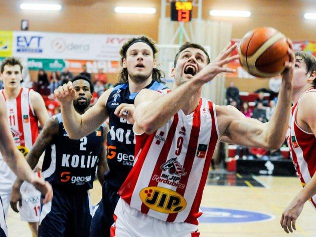 Basketbalisté Kolína (v modrém) dokázali v letošní sezoně jako první vyhrát v Pardubicích.
