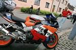 Nehoda motorkáře a osobního auta v Okružní ulici v Kolíně