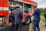Ze slavnostního předání nové cisternové automobilové stříkačky pro hasiče v Ovčárech.