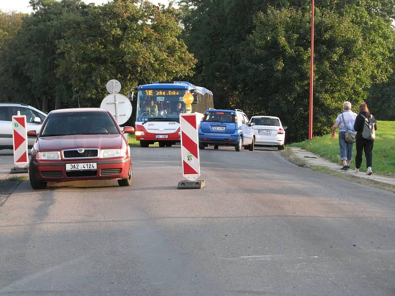 Odbočka u železničního přejezdu za Červenými Pečkami směrem na Nebovidy. V těchto místech začíná uzavírka.